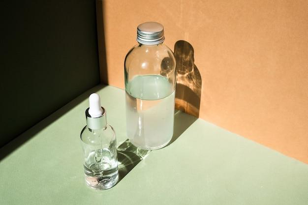 Tropfglasflaschen-mock-up. körperbehandlung und spa. natürliche schönheitsprodukte. öko-creme, serum, leere flasche für die hautpflege. massageöl gegen cellulite. ölige kosmetikpipette.