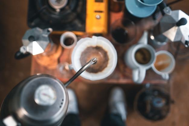 Tropfkaffee, tropfkaffee auf einem tisch in einem landcafé.