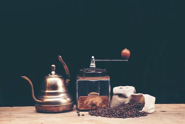 Tropfkaffeeglasinstallationssätze auf der kaffeebar an der café-caféanzeige.