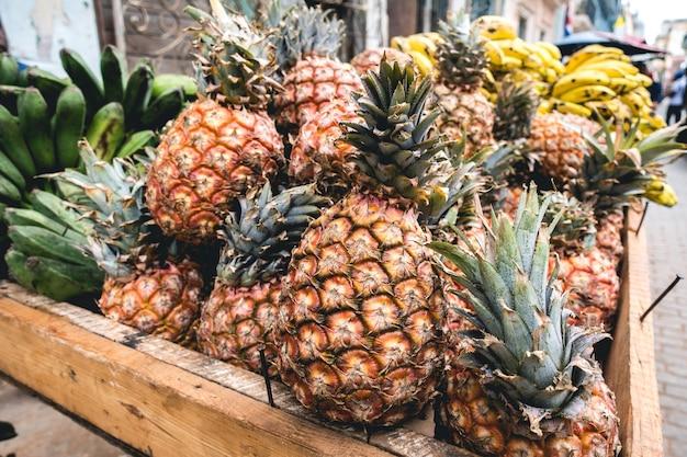 Tropische ananas in der kiste