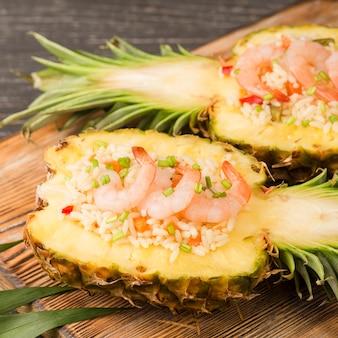 Tropische ananasfrucht mit garnelen