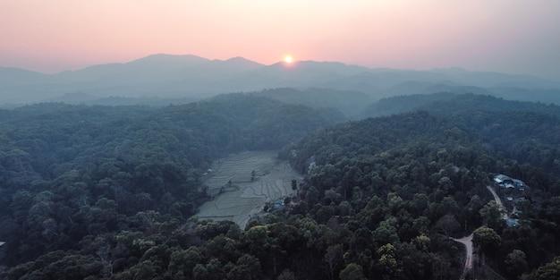 Tropische berge und abendsonnenuntergänge im wald