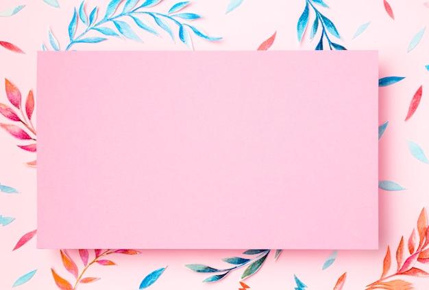 Tropische blätter der draufsicht auf rosa hintergrund