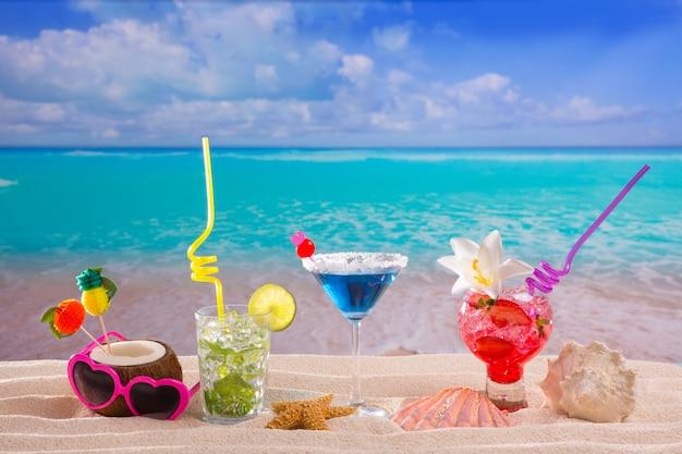 Tropische cocktails am strand auf weißem sand mojito blue hawaii