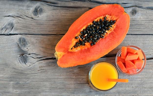 Tropische frucht der frischen reifen organischen papaya mit einem saftglas