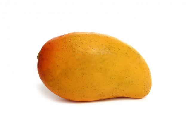 Tropische frucht der mango lokalisiert auf weiß