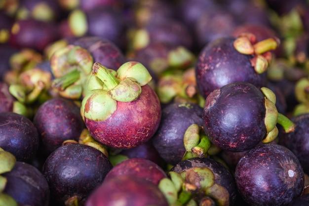 Tropische frucht der mangostanfrucht auf beschaffenheitshintergrund für verkauf im obstmarkt