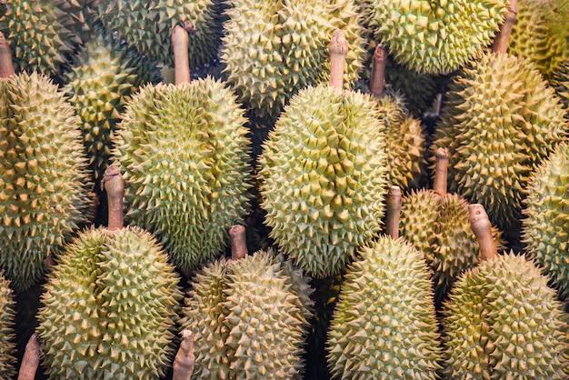 Tropische frucht des durian auf beschaffenheitshintergrund für verkauf im obstmarkt