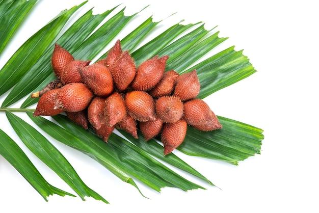 Tropische frucht des süßen verzichts lokalisiert auf einem weißen, frischen verzichtfrucht mit blatt lokalisiert auf weißem hintergrund.