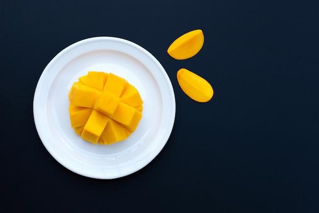 Tropische frucht, mango an dunkler wand.