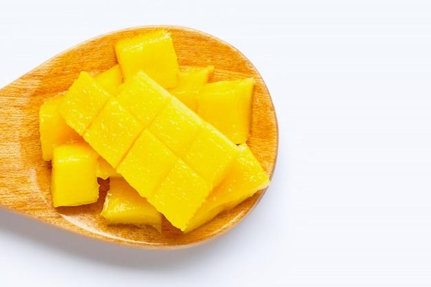 Tropische frucht, mango auf hölzernem löffel