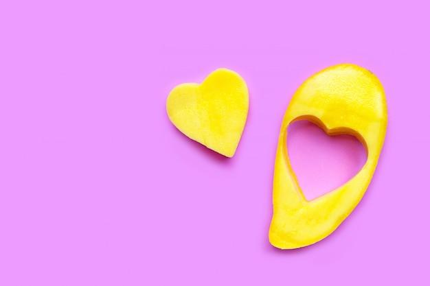 Tropische frucht, mango auf rosa hintergrund.