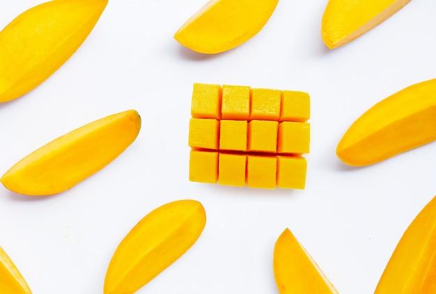 Tropische frucht, mango auf weißem hintergrund. draufsicht
