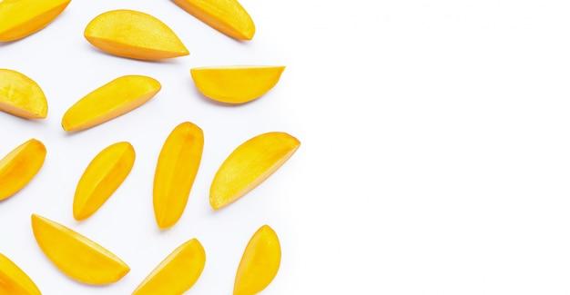 Tropische frucht, mango auf weißem hintergrund.