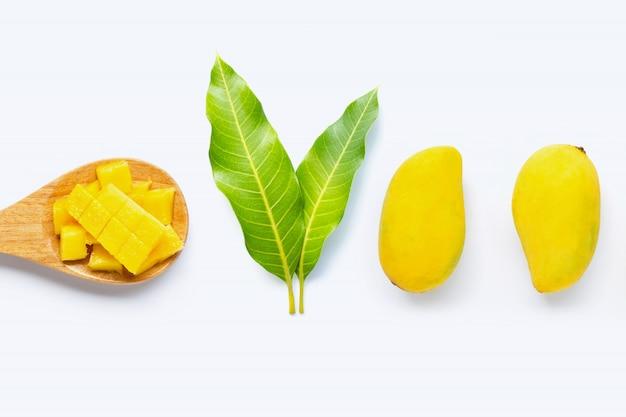 Tropische frucht, mango mit blättern