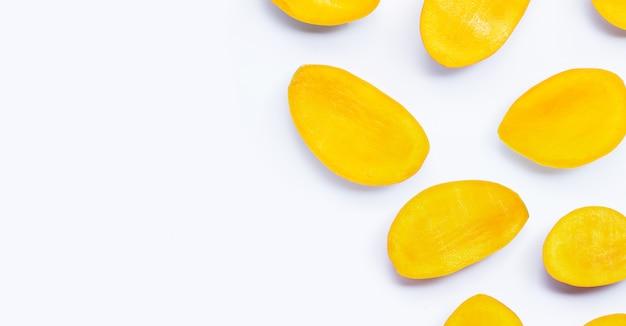 Tropische frucht, mangoscheiben auf weißem hintergrund.