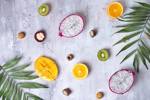 Tropische fruchtzusammenstellung auf einem hellen hintergrundmusterstein.