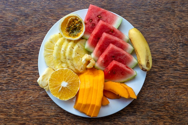 Tropische früchte auf einem frühstücksteller, nahaufnahme, draufsicht
