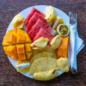 Tropische früchte auf einem frühstücksteller