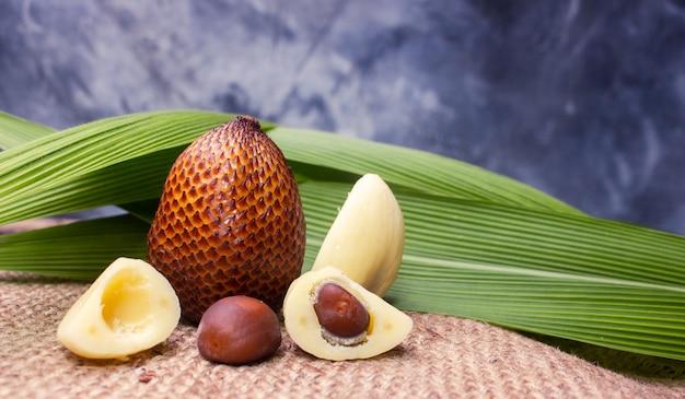 Tropische früchte der schlangenfrucht aus südostasien