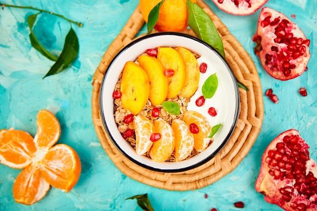 Tropische früchte frühstück hausgemachter müsli joghurt. gesund