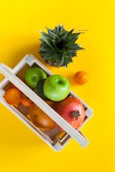 Tropische früchte in der holzkiste