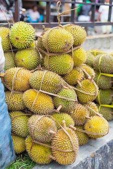 Tropische früchte verkaufen an im markt, durian in indonesien