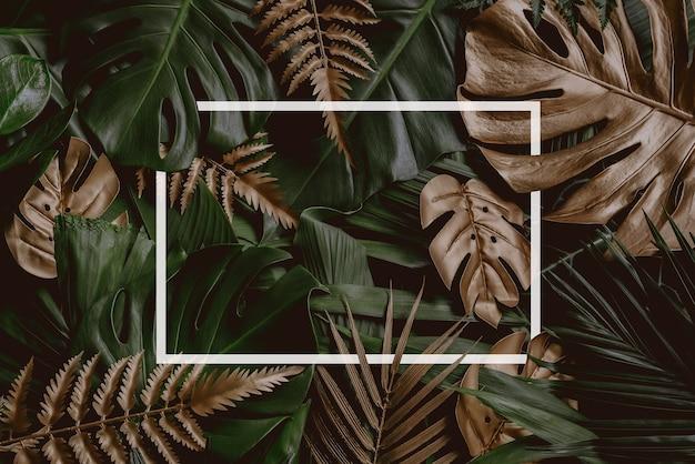 Tropische grüne blätter und palmen mit weißem papiernotizrahmen natur flach konzept