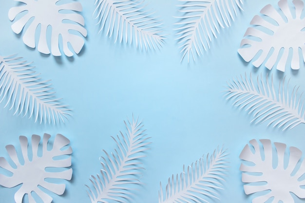 Tropische hand schneidet betriebsformen auf blauem hintergrund