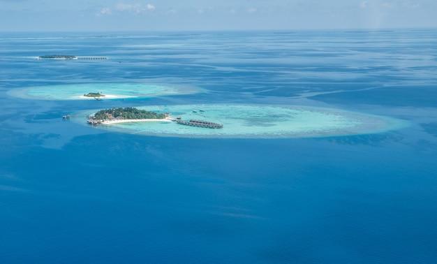 Tropische inseln und atolle in malediven aus der vogelperspektive.