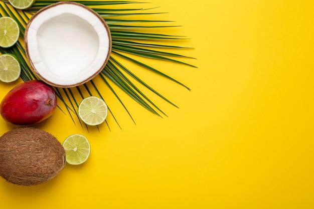 Tropische kokosnuss, palme und früchte auf gelb