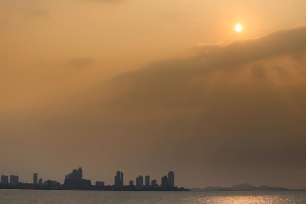 Tropische küstenansichten am abend mit orange licht von der sonne.