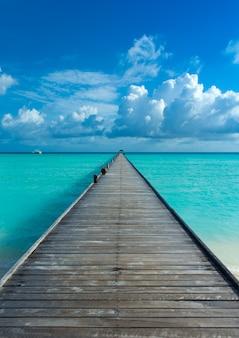 Tropische malediveninsel mit dock