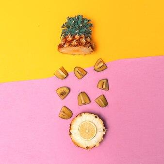 Tropische mischung. ananas und kiwi. obst konzeptkunst