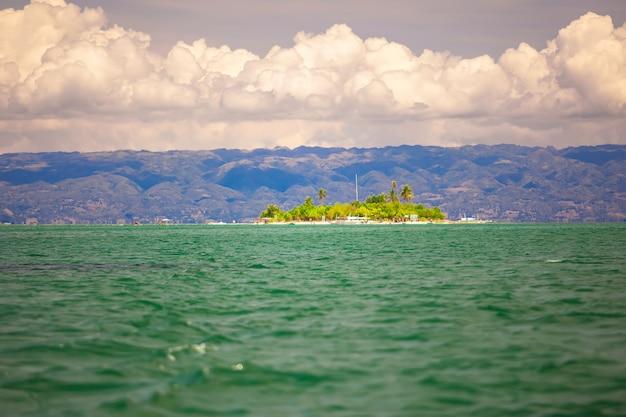 Tropische perfekte insel puntod auf den philippinen