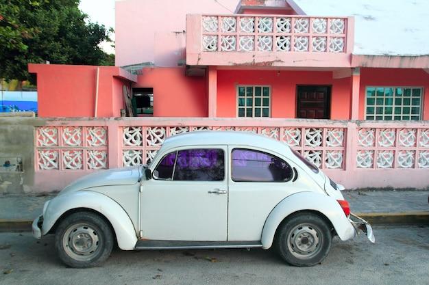Tropische retro- autofassade des karibischen rosafarbenen hauses