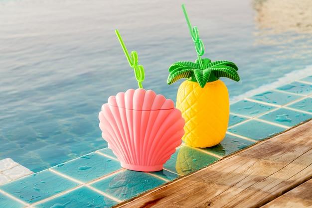 Tropische sommergetränke neben dem pool
