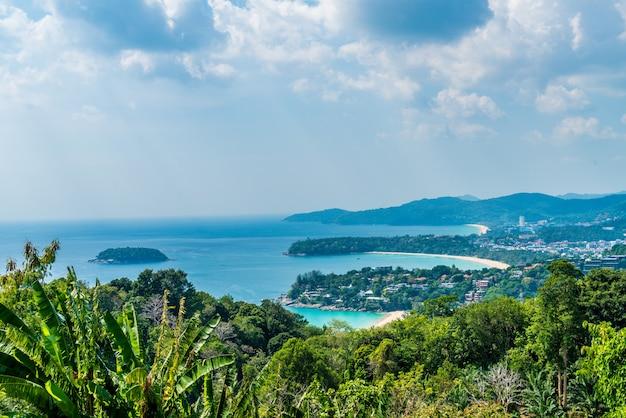 Tropische strandskyline am karon-standpunkt in phuket, thailand