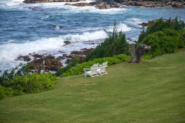 Tropische strandszene. meerblick vom sommerstrand mit himmel. küstenlandschaft.