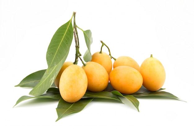 Tropische thailändische frucht mit blättern