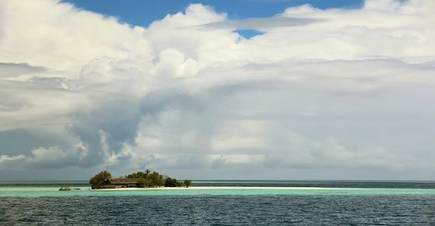 Tropische umgebung der schönen insel panama oder cayman archipel mit weißen sandstränden und türkisfarbenem klarem wasser des karibischen meeres an einem sonnigen tag