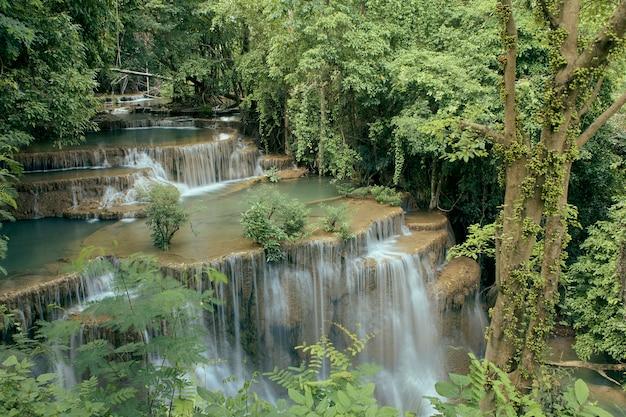 Tropische wasserfälle der reise waldbei thailand