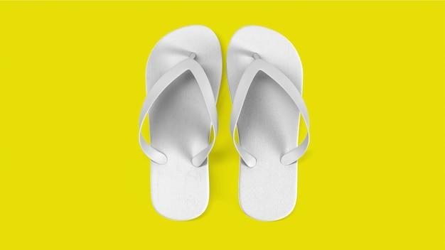 Tropische weiße sandalen isoliert auf gelb