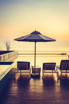 Tropischen luxus silhouette urlaub schwimmen
