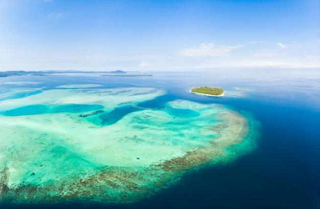 Tropischer archipel indonesien, korallenriffstrand der vogelperspektive-banyak-inseln sumatra