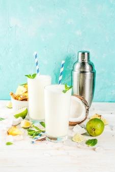 Tropischer cocktail, pina colada, ananas und kokosmojito oder smoothies mit limette und minze