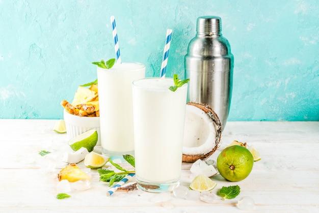 Tropischer cocktail, pina colada, ananas und kokosmojito oder smoothies