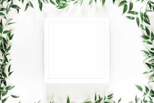 Tropischer grüner blattrahmen auf weiß