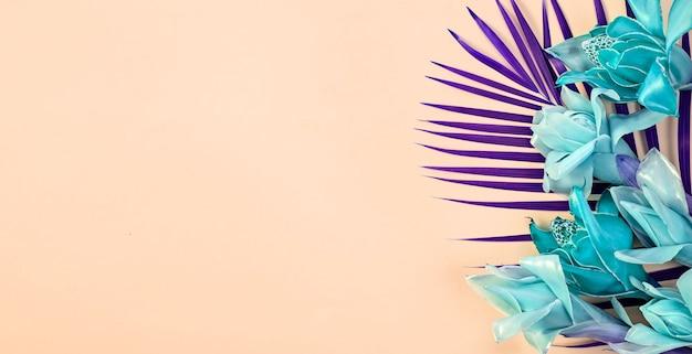 Tropischer hintergrund der fantasie mit blauem blumenfackelingwer auf hellorangefarbenem hintergrund, draufsicht mit kopienraum, fahne