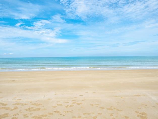 Tropischer idyllischer ozean blauer himmel und schöner strand